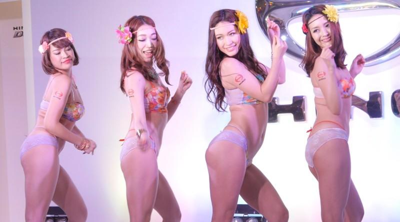 超高画質★ スケスケビキニの美女たちがセクシーダンスを披露 大阪オートメッセ2014