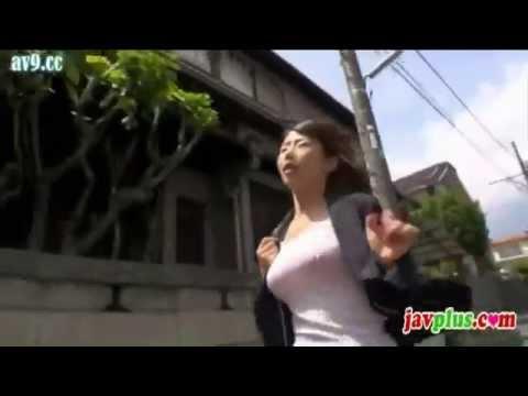 白シャツで走る女のノーブラ乳ゆれが凄い