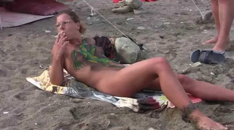 海外ヌーディストビーチ – 白人美女が丸見えです